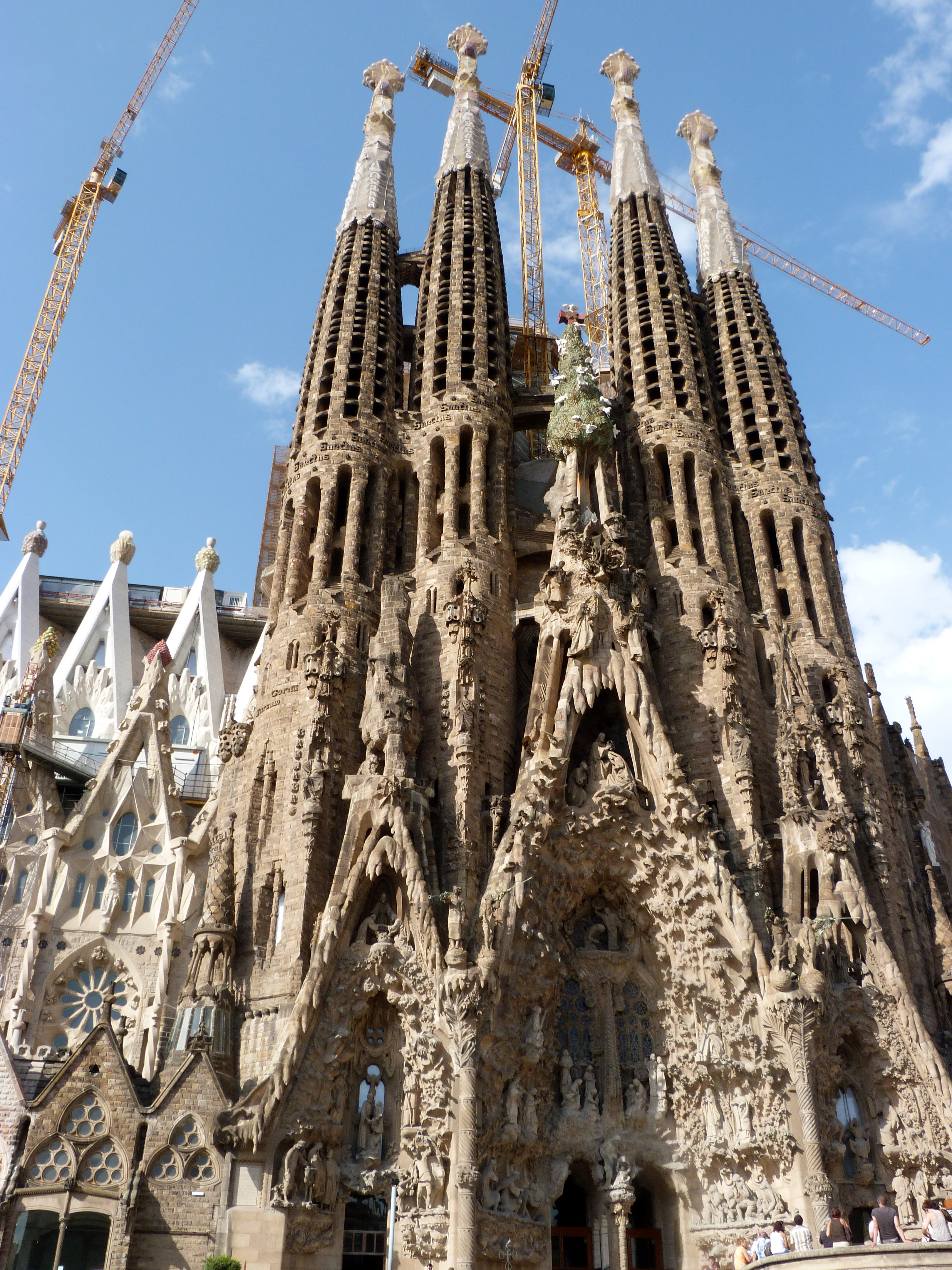 la sagrada familia The stunning la sagrada família is a must-see for any tourist passing through barcelona the towering, still-under-construction basilica is beloved architect antoni gaudí's most celebrated work.